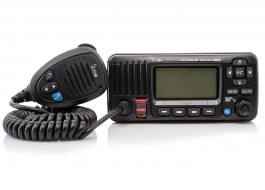 Das Seefunkgerät IC-M423GE von ICOM verfügt über einen integrierten GPS-Empfänger, ein gut ablesbares Display mit weißer LCD-Hintergrundfarbe, eine lasergeschnittene Tastatur und ein Handmikrofon. Lieferung inklusive externer GPS-Antenne. (Bild 2 von 5)