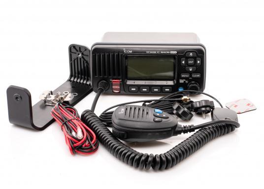 Das Seefunkgerät IC-M423GE von ICOM verfügt über einen integrierten GPS-Empfänger, ein gut ablesbares Display mit weißer LCD-Hintergrundfarbe, eine lasergeschnittene Tastatur und ein Handmikrofon. Lieferung inklusive externer GPS-Antenne. (Bild 3 von 5)