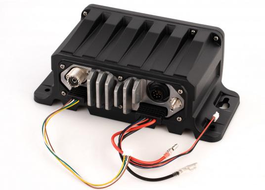 Black Box Transceiver - wenn es auf den Platz ankommt. Das UKW-Marinefunkgerät IC-M400BBE ist eine äußerst platzsparende Lösung, da sämtliche Funktionen über das mitgelieferte Handbedienteilgesteuert werden. Im Lieferumfang ist eine externe GPS-Antenne enthalten. (Bild 3 von 5)