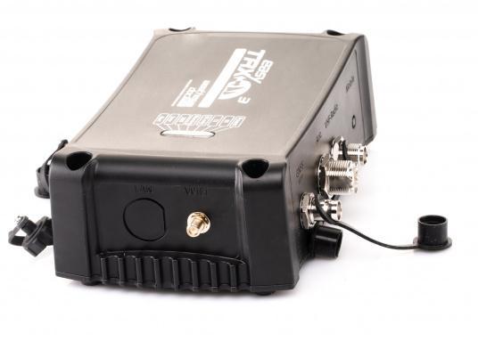 Der Class B AIS-Sender/Empfänger easyTRX3 von Weatherdock überzeugt mit neusten Innovationen: 5 W Sendeleistung, schnellere Übertragungsrate der AIS Protokolle und SOTDMA-Technologie. Der AIS-Transceiver besteht aus einem robusten, kompakten und wasserdichten Gehäuse und gewährleistet, dass permanent parallel auf beiden AIS-Frequenzen gesendet und empfangen wird. Das Gerät verfügt über einen integrierten Splitter, einer integrierten GPS- und WiFi-Antenne, ein DVBT-Modul und DAB-Empfänger. (Bild 4 von 7)