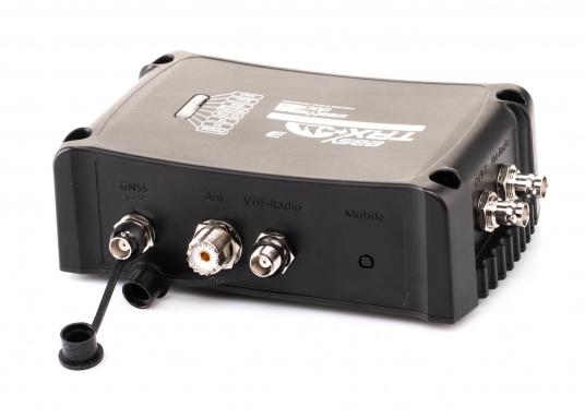 Der Class B AIS-Sender/Empfänger easyTRX3 von Weatherdock überzeugt mit neusten Innovationen: 5 W Sendeleistung, schnellere Übertragungsrate der AIS Protokolle und SOTDMA-Technologie. Der AIS-Transceiver besteht aus einem robusten, kompakten und wasserdichten Gehäuse und gewährleistet, dass permanent parallel auf beiden AIS-Frequenzen gesendet und empfangen wird. Das Gerät verfügt über einen integrierten Splitter, einer integrierten GPS- und WiFi-Antenne, ein DVBT-Modul und DAB-Empfänger. (Bild 3 von 7)