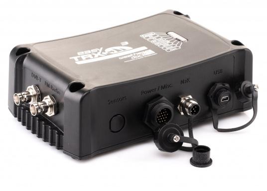 Der Class B AIS-Sender/Empfänger easyTRX3 von Weatherdock überzeugt mit neusten Innovationen: 5 W Sendeleistung, schnellere Übertragungsrate der AIS Protokolle und SOTDMA-Technologie. Der AIS-Transceiver besteht aus einem robusten, kompakten und wasserdichten Gehäuse und gewährleistet, dass permanent parallel auf beiden AIS-Frequenzen gesendet und empfangen wird. Das Gerät verfügt über einen integrierten Splitter, einer integrierten GPS- und WiFi-Antenne, ein DVBT-Modul und DAB-Empfänger. (Bild 2 von 7)