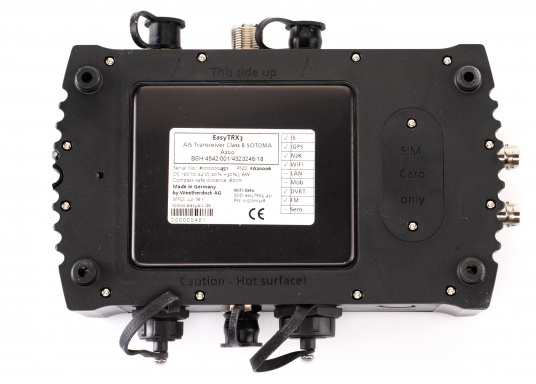Der Class B AIS-Sender/Empfänger easyTRX3 von Weatherdock überzeugt mit neusten Innovationen: 5 W Sendeleistung, schnellere Übertragungsrate der AIS Protokolle und SOTDMA-Technologie. Der AIS-Transceiver besteht aus einem robusten, kompakten und wasserdichten Gehäuse und gewährleistet, dass permanent parallel auf beiden AIS-Frequenzen gesendet und empfangen wird. Das Gerät verfügt über einen integrierten Splitter, einer integrierten GPS- und WiFi-Antenne, ein DVBT-Modul und DAB-Empfänger. (Bild 6 von 7)