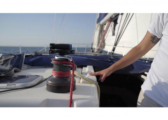 Mit ihrem innovativen und patentierten Faltsystem wird das Risiko des Verlustes der Kurbel auf See vermieden. Im geschlossenen Zustand können Sie die Windenkurbel problemlos in der Winde eingesetzt lassen. Der Griff kann neben des geschlossenen Zustands auf zwei verschiedene Arten positioniert werden. (Bild 12 von 13)