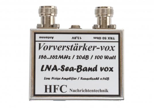 Der Vorverstärker dient zur Verbesserung der UKW-Empfangseigenschaften im Frequenzbereich von 156-162 MHz und verügt über einen Filter, der unrelevante Signale unterdrückt und störendes Rauschen reduziert.