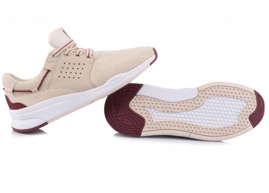 Der Flyknit Schuh CLADELL aus hochwertigem Textil-Material von tbs überzeugt mit sportlichen Form, schickem Design und hohem Tragekomfort. Die Vierpunkt-Schnürung und die stabilen Seiten sorgen für einen festen Stand. Dank der seitlichen Belüftungslöcher herrscht im Inneren des Schuhs jederzeit ein angenehmes Klima. (Bild 5 von 7)
