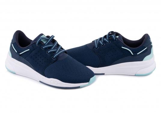Der Flyknit Schuh CLADELL aus hochwertigem Textil-Material von tbs überzeugt mit sportlichen Form, schickem Design und hohem Tragekomfort. Die Vierpunkt-Schnürung und die stabilen Seiten sorgen für einen festen Stand. (Bild 3 von 7)