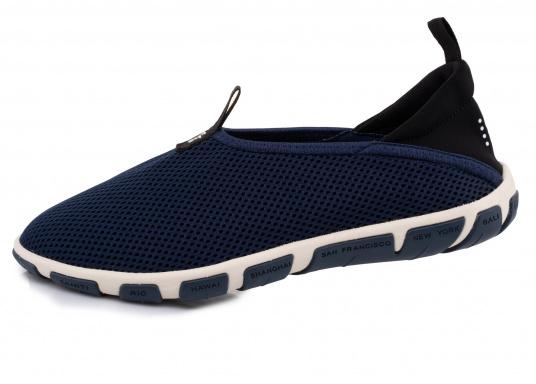 Ein absoluter Klasisker von tbs! Der Damen-Slipper JEFFERS besteht aus hochwertigem Textil-Material und verfügt über eine klappbare Rückseite. Dank der Schlaufen ist der Schuh schnell und einfach an- und ausgezogen. (Bild 2 von 6)