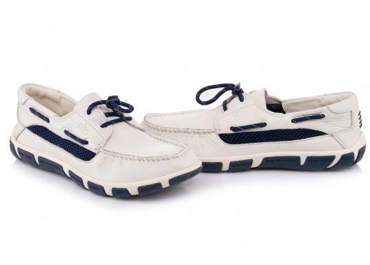 Der Damenschuh JORDANA ist eine absolute Ikone der tbs Kollektion und überzeugt mit seinem modernen und dennoch klassischen Bootsschuh-Design. Der Schuh ist besonders leicht am Fuß und bietet dank seiner rutschfesten Sohle unschlagbaren Halt an Deck und auch an Land. Darüberhinaus sorgt die Rundumschnürung für einen perfekten Sitz am Fuß. (Bild 5 von 6)