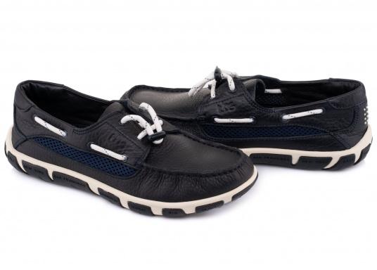 Der Damenschuh JORDANA ist eine absolute Ikone der tbs Kollektion und überzeugt mit seinem modernen und dennoch klassischen Bootsschuh-Design. Der Schuh ist besonders leicht am Fuß und bietet dank seiner rutschfesten Sohle unschlagbaren Halt an Deck und auch an Land. Darüberhinaus sorgt die Rundumschnürung für einen perfekten Sitz am Fuß. (Bild 3 von 6)