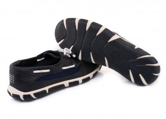 Der Damenschuh JORDANA ist eine absolute Ikone der tbs Kollektion und überzeugt mit seinem modernen und dennoch klassischen Bootsschuh-Design. Der Schuh ist besonders leicht am Fuß und bietet dank seiner rutschfesten Sohle unschlagbaren Halt an Deck und auch an Land. Darüberhinaus sorgt die Rundumschnürung für einen perfekten Sitz am Fuß. (Bild 6 von 6)