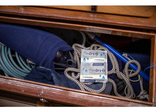 Der Luftentfeuchter FlexDry ist klein, kompakt und leistungsstark.Durch ein spezielles Gemisch aus Calciumchlorid und Stärke wird der Raumluft überschüssige Feuchtigkeit entzogen. Somit schützt erzuverlässig vor Schimmel, Korrosion, Rost, beschlagenen Scheiben und schlechten, muffigen Gerüchen auf Ihrer Yacht. (Bild 3 von 4)