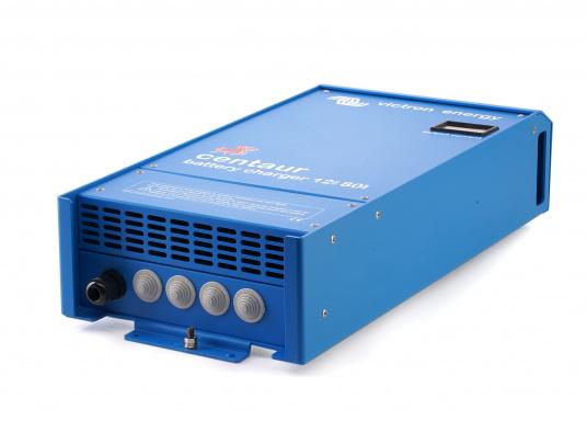 Ein Ladegerät, das überall in der Welt eingesetzt werden kann! Das hochwertige Centaur-Batterieladegerät verfügt über eine Dreistufen-Ladekennlinie sowie eine universelle Aufnahmeleistung und kann bis zu drei separate Batterien gleichzeitig laden. Geeignet für eine Batteriekapazität zwischen 200 und 500 Ah. Ladestrom 50 A. (Bild 4 von 5)