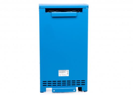 Ein Ladegerät, das überall in der Welt eingesetzt werden kann! Das hochwertige Centaur-Batterieladegerät verfügt über eine Dreistufen-Ladekennlinie sowie eine universelle Aufnahmeleistung und kann bis zu drei separate Batterien gleichzeitig laden. Geeignet für eine Batteriekapazität zwischen 240 und 600 Ah. Ladestrom 60 A. (Bild 3 von 4)