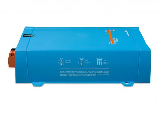 Dieses Gerät vereint einen leistungsfähigen Sinus-Wechselrichter, einen modernen Batterielader, der die 4-stufige, von VICTRON entwickelte adaptive Ladetechnologie nutzt und einen flinken Wechselspannungsquellen-Transferschalter in einem kompakten Gehäuse. Zusätzlich zeichnet sich das Gerät durch seine bewährte Zuverlässigkeit aus, es ist kurzschlusssicher und vor Überhitzung geschützt. (Bild 2 von 5)