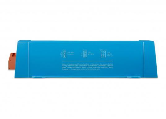 Dieses Gerät vereint einen leistungsfähigen Sinus-Wechselrichter, einen modernen Batterielader, der die 4-stufige, von VICTRON entwickelte adaptive Ladetechnologie nutzt und einen flinken Wechselspannungsquellen-Transferschalter in einem kompakten Gehäuse. Zusätzlich zeichnet sich das Gerät durch seine bewährte Zuverlässigkeit aus, es ist kurzschlusssicher und vor Überhitzung geschützt. (Bild 3 von 5)