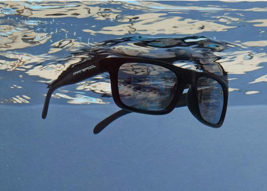 Die Sonnenbrille im klassischen Design von marinepool ist mit polarisierten Gläsern ausgestattet und schwimmfähig. Sie kann nicht untergehen, wenn sie versehentlich ins Wasser fällt. (Bild 2 von 2)