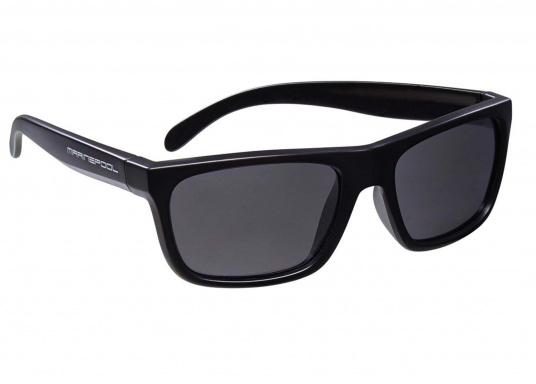 Die Sonnenbrille im klassischen Design von marinepool ist mit polarisierten Gläsern ausgestattet und schwimmfähig. Sie kann nicht untergehen, wenn sie versehentlich ins Wasser fällt.