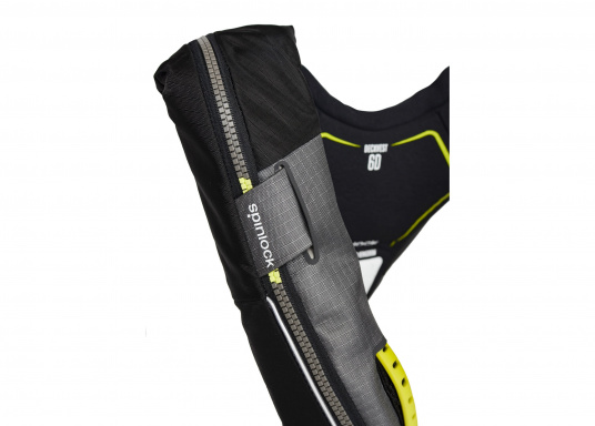 Die Automatik-Rettungsweste 6D von Spinlock kombiniert Komfort mit Funktionalität und ist optimal für den Langzeitgebrauch geeignet.Voll ausgestattet mit LED-Blitzlicht, Sprayhood, Schrittgurt, Signalflöte sowie D-Ring. Des Weiteren wird die Beweglichkeit dank der kompakten Beschaffenheit nicht eingeschränkt.Für Frauen und Männer ab 40 kg geeignet. Auftrieb: 170 N. (Bild 6 von 7)