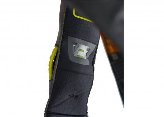 Die Automatik-Rettungsweste 6D von Spinlock kombiniert Komfort mit Funktionalität und ist optimal für den Langzeitgebrauch geeignet.Voll ausgestattet mit LED-Blitzlicht, Sprayhood, Schrittgurt, Signalflöte sowie D-Ring. Des Weiteren wird die Beweglichkeit dank der kompakten Beschaffenheit nicht eingeschränkt.Für Frauen und Männer ab 40 kg geeignet. Auftrieb: 170 N. (Bild 5 von 7)
