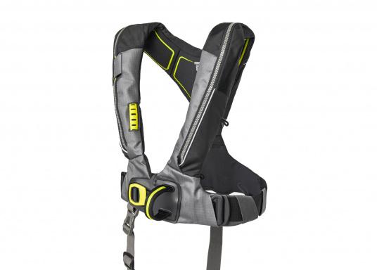 Die Automatik-Rettungsweste 6D von Spinlock kombiniert Komfort mit Funktionalität und ist optimal für den Langzeitgebrauch geeignet.Voll ausgestattet mit LED-Blitzlicht, Sprayhood, Schrittgurt, Signalflöte sowie D-Ring. Des Weiteren wird die Beweglichkeit dank der kompakten Beschaffenheit nicht eingeschränkt.Für Frauen und Männer ab 40 kg geeignet. Auftrieb: 170 N. (Bild 2 von 7)