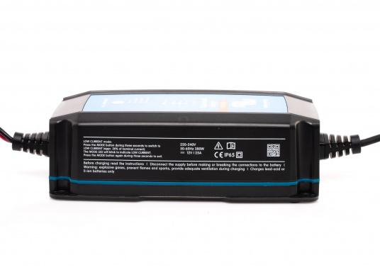 Hocheffizientes Ladegerät mit einem Wirkungsgrad von bis zu 94%und einemsehrgeringenStromverbrauch bei voll geladener Batterie.Durch denmehrstufigen Ladealgorithmuswird der Batterie immer genau die Energie geliefert,die auch benötigt wird.Zudem werden Lithium-Ionen-Batterien über einenspeziellen Algorithmus geladen. (Bild 4 von 4)