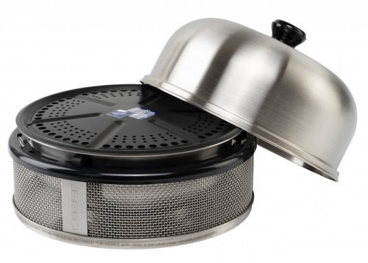 Grillen, Backen und Braten in Perfektion! Der COBB Grill PREMIER COMPACT ist als sicherer Bordgrill zu empfehlen, Unterboden und Seitenflächen werden nur handwarm während im Innern des Grills 280-300°C herrschen. Dazu ist die Kompakt Version 5 cm niedriger und benötigt dadurch noch weniger Stauraum.