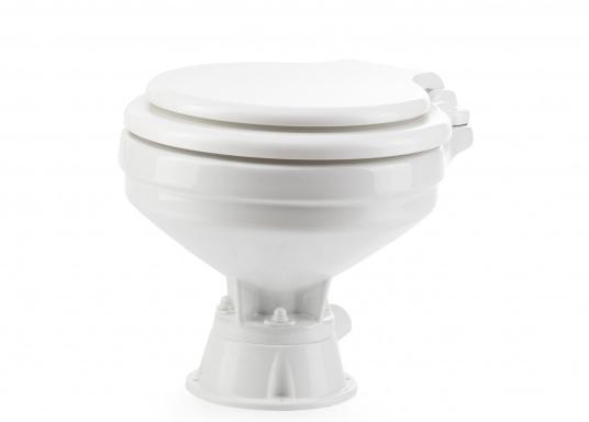 Faciles à utiliser, ces WC marins disposent d'un système d'évacuation breveté. Cuvette en porcelaine, lunette et battant en plastique. Deux modèles sont disponibles.  (Image 3 de 9)