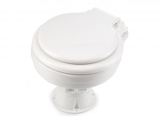 Faciles à utiliser, ces WC marins disposent d'un système d'évacuation breveté. Cuvette en porcelaine, lunette et battant en plastique. Deux modèles sont disponibles.  (Image 4 de 9)