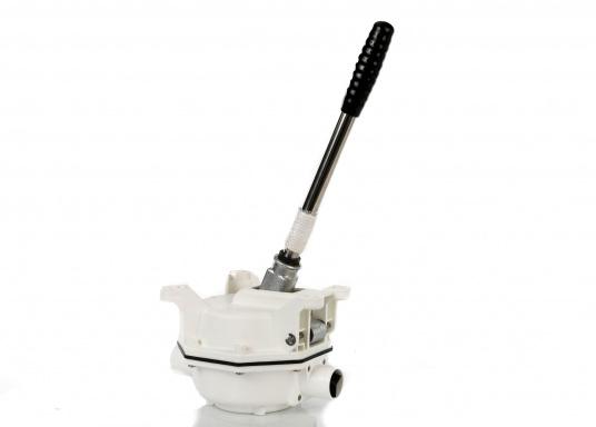Faciles à utiliser, ces WC marins disposent d'un système d'évacuation breveté. Cuvette en porcelaine, lunette et battant en plastique. Deux modèles sont disponibles.  (Image 7 de 9)