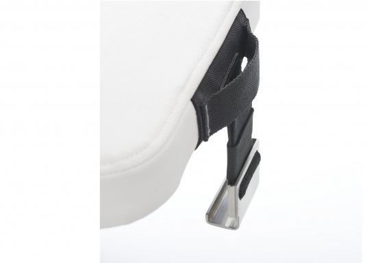 Das Sitzkissen für Ihre DOMETIC Isolierbox COOL-ICE CI42 bietet Ihnen eine praktische und bequeme Sitzmöglichkeit an Bord oder am Strand. Das Kissen lässt sich problemlos auf der Box befestigen und stellt einen weiteren Sitzplatz ohne weiteren Platzverlust bereit. (Bild 2 von 2)