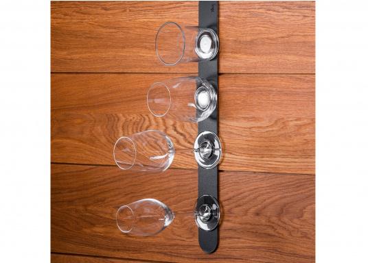 Questa striscia magnetica consente un facile e intelligente stoccaggio dei bicchieri e degli oggetti magnetici di bordo. Gli occhiali stanno / pendono sicuri sul tappeto anche quando le onde scuotono la barca. (Immagine 6 di 16)