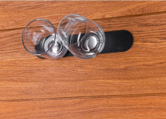 Questa striscia magnetica consente un facile e intelligente stoccaggio dei bicchieri e degli oggetti magnetici di bordo. Gli occhiali stanno / pendono sicuri sul tappeto anche quando le onde scuotono la barca. (Immagine 5 di 16)