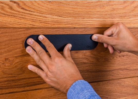 Questa striscia magnetica consente un facile e intelligente stoccaggio dei bicchieri e degli oggetti magnetici di bordo. Gli occhiali stanno / pendono sicuri sul tappeto anche quando le onde scuotono la barca. (Immagine 7 di 16)