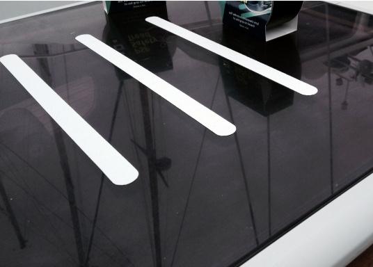 Diese vorgestanzten Antirutsch-Streifen sorgen auf Deck für den richtigen Grip.  (Bild 3 von 3)