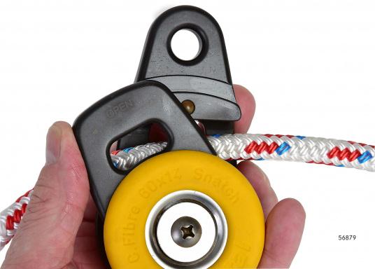 Der Snatchblock kann mit einer Hand, durch verschieben der Seitenplatte, geöffnet werden und rastet beim Schließen automatisch ein.  (Bild 4 von 5)