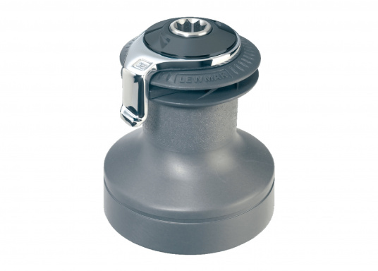 Eine Mischung aus traditionellem Können und Hochleistungstechnologie spiegelt sich in der Qualität der LEWMAR Selftailing-Winden. Material: Aluminium, schwarz eloxiert.