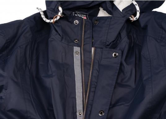 Die elegante Allwetter-Jacke von Marinepool schützt Sie bei Wind und Wetter. Ausgestattet mit einem hohen Kragen und Teddyfell im Brustbereich und in der Kapuze bietet die NILAS Jacke erstklassigen Schutz an kalten Regentagen. (Bild 9 von 12)