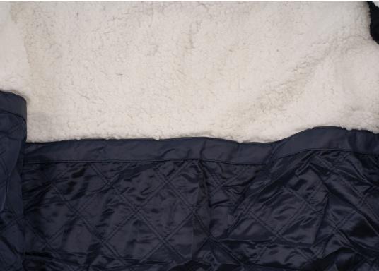 Die elegante Allwetter-Jacke von Marinepool schützt Sie bei Wind und Wetter. Ausgestattet mit einem hohen Kragen und Teddyfell im Brustbereich und in der Kapuze bietet die NILAS Jacke erstklassigen Schutz an kalten Regentagen. (Bild 11 von 12)