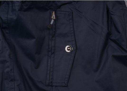 Die elegante Allwetter-Jacke von Marinepool schützt Sie bei Wind und Wetter. Ausgestattet mit einem hohen Kragen und Teddyfell im Brustbereich und in der Kapuze bietet die NILAS Jacke erstklassigen Schutz an kalten Regentagen. (Bild 12 von 12)