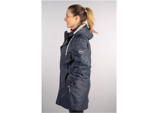 Die elegante Allwetter-Jacke von Marinepool schützt Sie bei Wind und Wetter. Ausgestattet mit einem hohen Kragen und Teddyfell im Brustbereich und in der Kapuze bietet die NILAS Jacke erstklassigen Schutz an kalten Regentagen. (Bild 5 von 12)