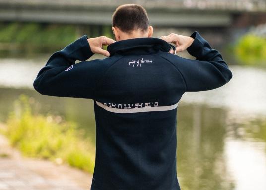 Die hochwertig verarbeitete Tec-Jacke FORANO von Marinepool überzeugt mit sportlichem Design und modernem Schnitt. Des Weiteren bietet der verstellbare Kragen optimalen Schutz vor Wind und das extrem weiche Material sorgt für erstklassigen Komfort. Erhältlich in den Größen S-XXXL. (Bild 5 von 13)