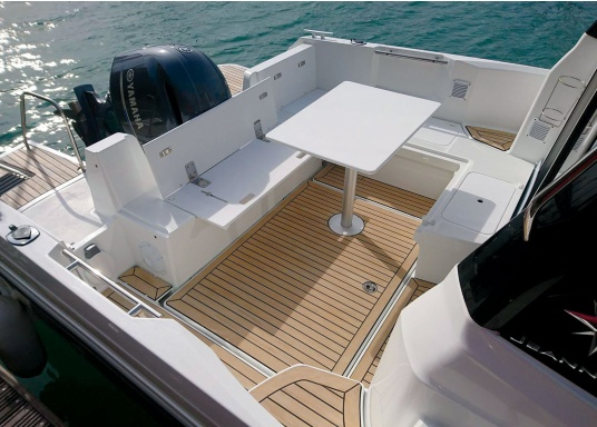 ISITEEK makes every deck look high-quality and elegant! This deck covering is made of recyclable composite materials and gives the appearance of a real teak deck. (Image 5 of 6)