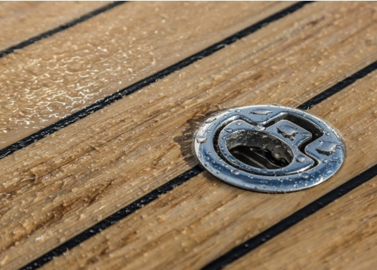 ISITEEK makes every deck look high-quality and elegant! This deck covering is made of recyclable composite materials and gives the appearance of a real teak deck. (Image 6 of 6)