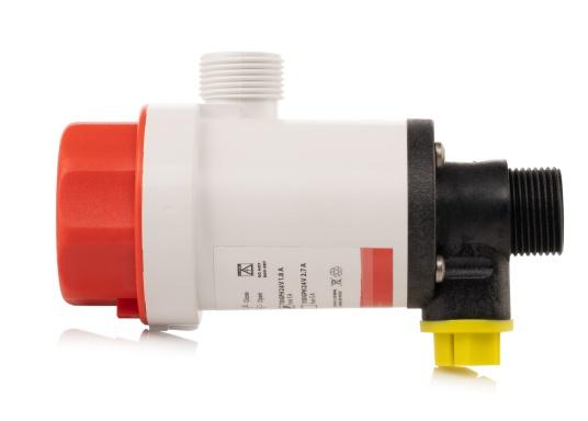 Die kompakte Druckwasserpumpe mit Doppelanschluss erlaubt die Nutzung einer Borddurchführung zur Befüllung eines Wassertanks mit frischem Seewasser (beispielsweise für Fische) und gleichzeitigen Versorgung einer optionalen Deckwaschpumpe. (Bild 3 von 5)