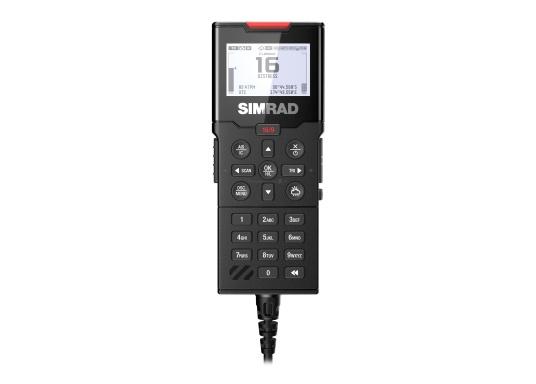 Bleiben Sie überall an Bord in Verbindung! An die UKW-Seefunkanlage RS100 von SIMRAD können bis zu acht Handgeräte und vier externe Lautsprecher angeschlossen werden. Das Bedienteil verfügt über eine inuitive Benutzeroberfläche und zeigt die wichtigsten Daten auf einem großen, gut lesbaren Display an. Im Lieferumfang ist ein kabelgebundenes Handgerät und ein Lautsprecher enthalten. (Bild 5 von 15)