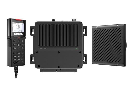 Bleiben Sie überall an Bord in Verbindung! An die UKW-Seefunkanlage RS100 von SIMRAD können bis zu acht Handgeräte und vier externe Lautsprecher angeschlossen werden. Das Bedienteil verfügt über eine inuitive Benutzeroberfläche und zeigt die wichtigsten Daten auf einem großen, gut lesbaren Display an. Im Lieferumfang ist ein kabelgebundenes Handgerät und ein Lautsprecher enthalten.