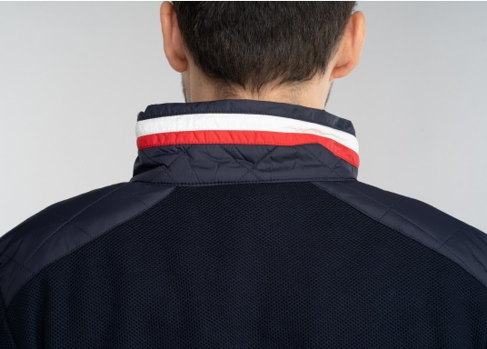 Diese stylische Kapitänsjacke macht das maritime Outfit perfekt. Dabei eignet sie sich nicht nur als nautischer Hingucker, sondern ist gleichzeitig auch als lässige Freizeitjacke bestens geeignet. (Bild 8 von 11)