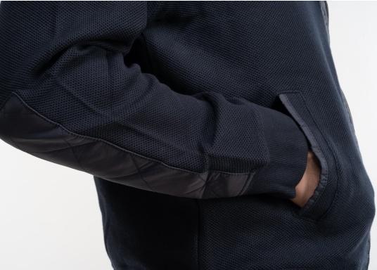 Diese stylische Kapitänsjacke macht das maritime Outfit perfekt. Dabei eignet sie sich nicht nur als nautischer Hingucker, sondern ist gleichzeitig auch als lässige Freizeitjacke bestens geeignet. (Bild 10 von 11)