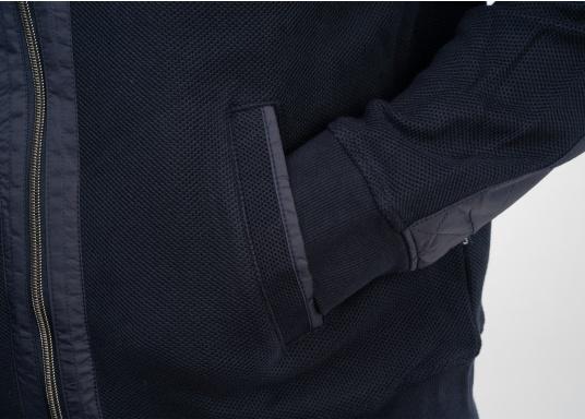 Diese stylische Kapitänsjacke macht das maritime Outfit perfekt. Dabei eignet sie sich nicht nur als nautischer Hingucker, sondern ist gleichzeitig auch als lässige Freizeitjacke bestens geeignet. (Bild 9 von 11)